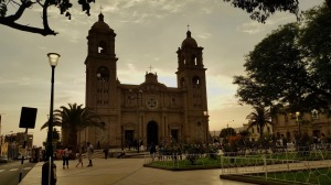 A photo of the cathedral of Tacna at dusk.